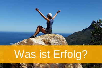 """Fra sitzt auf Bergspitze, Titelbild Text """"Was ist Erfolg"""""""