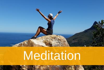Frau auf Berggipfel -Serie Erfolg Artikel zu Meditation